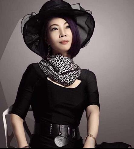 傅素琴在美国演绎中国文化,慈善盛典荣获金奖设计师称号
